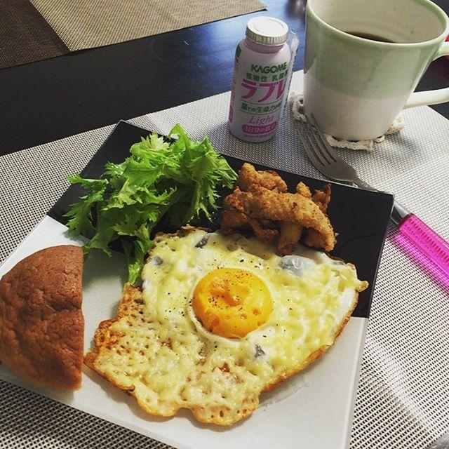 #朝ごはん チーズフライドエッグ 鶏皮揚げ #ブランのミルクボール #わさび菜 #ラブレライト コーヒー ・ ・ ・ おはようございます。 やっと#鳥越製粉 の#低糖質うどん風ミックス デビュー。 消費期限の過ぎた鶏皮を発見。 唐揚げにしてみました。 うーーーんサクサク!!普通に唐揚げ!! @emijiro2015 えみちゃん、教えてくれておりがとう♡ これから家族の唐揚げはコレだわ✨ ・ ・ ・ #糖質制限#糖質オフ#糖質セイゲニスト#低糖質#ローカーボ#MEC#MEC食#mec#mec食#diet#ダイエット#ダイエット仲間募集#おうちごはん#家ごはん #肉#卵#チーズ #食卓#食器#テーブルコーディネート#ワンプレート #kaumo