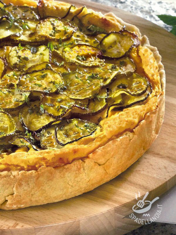 Se volete preparare la pasta brisée della vostra Torta farcita di zucca e zucchine in casa, seguite i consigli della cuoca riportati in ricetta!