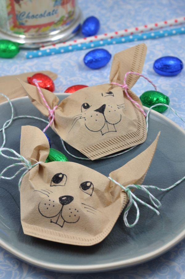 Perfekt für die Ostertafel: diese kleine DIY Idee ist ein süßes Goodie für deine Gäste. Die Osterhasen aus Filtertüten einfach mit Eiern befüllen und fertig ist deine Ostertischdeko