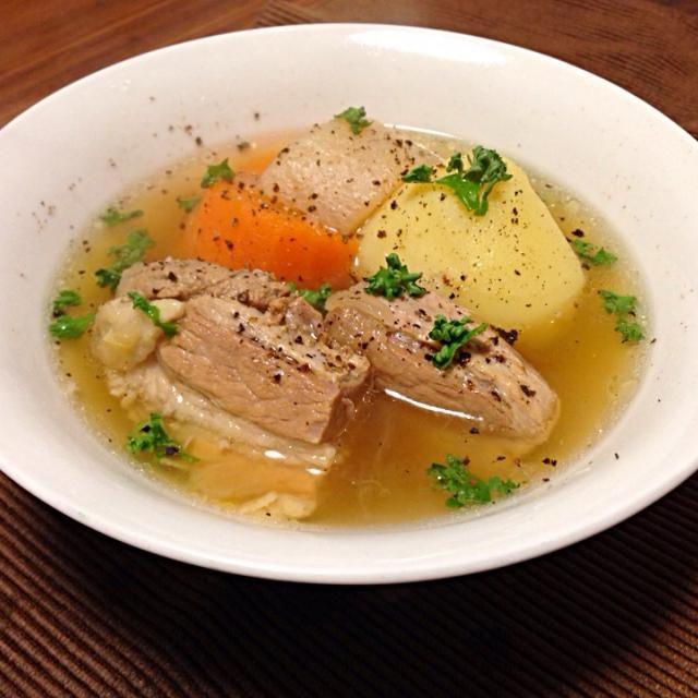 パパの帰りが遅い日は温かいスープを用意します。今日は豚バラ肉と野菜のスープ。お肉の脂身はふんわり、赤身はホロホロ、野菜の甘みも出て、シンプルだけど美味しいスープが出来ました。温まるなぁとおかわりして食べてくれました(^_^) 今日はまだ10時代に帰ってきてくれましたが、12時過ぎる日が多いのでいつも心配です - 130件のもぐもぐ - パパの夕食*豚バラ肉と野菜のスープ by gohandaisuki