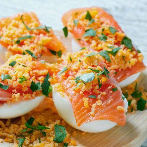 Esta receta de Huevos Rellenos Mimosa es sencillísima de preparar y siempre resulta un éxito. Un plato francés que hemos terminado con salmón ahumado.