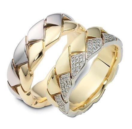 АРТ: ТС 2258. Эти великолепные обручальные кольца с бриллиантами по всей окружности выполнены из белого и желтого золота 585 пробы. Красивые, волнообразные линии, четкая текстура и искрящийся блеск бриллиантов никого не оставит равнодушным. Одевая эти обручальные кольца будьте готовы к бесконечному потоку комплиментов. В женском кольце 70 бриллиантов, весом 0,70 карат. Ширина колец 8,0 мм, средний вес пары колец 19 грамм. Цена пары обручальных колец 89700р.