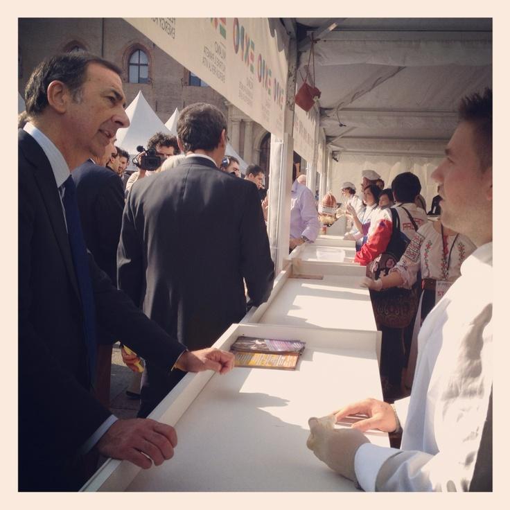 Giuseppe Sala allo stand del gulasch #ExpotourBologna #ExpoTour #Expo2015 #ExpoMilano2015 #Bologna #GiuseppeSala