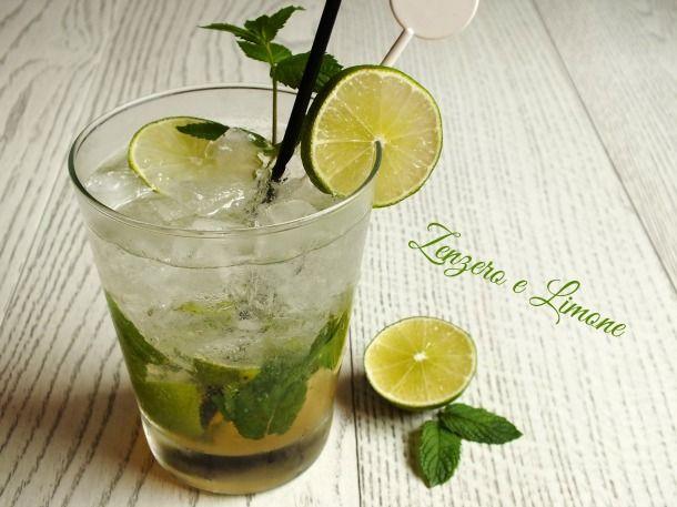 Il mojito è un long drink estivo di origine cubana a base di rum bianco, zucchero di canna, lime e menta. È facilissimo da preparare e molto rinfrescante.