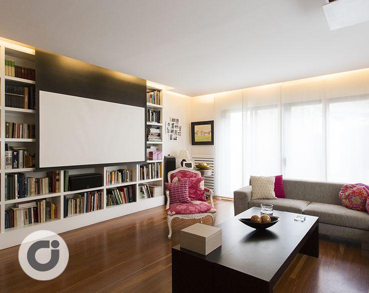 Además de poder disponer nuestros libros de una manera recogida, en el salón podremos ver a través de una gran pantalla con proyector de techo una película o documental. http://www.gilmar.es/FichaUnifamiliar.aspx?id=83817&moneda=e