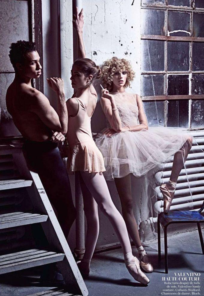 В майском Vogue Paris появилась очень динамичная танцевальная фотосессия Марио Сорренти (Mario Sorrenti), в которой снялась Аня Рубик (Anja Rubik).