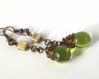 Orecchini in rame con perla a goccia verde oliva brillante. Lavorati con filo di rame. Look vintage. Per un look minimale ed elegante, perfetti in ogni momento della giornata. 100% artigianali.  I materiali utilizzati sono:  - perla in czech glass verde oliva brillante - componenti 100% rame (rolò+monachella)  La lunghezza complessiva è di circa 4,5 cm, leggerissimi.