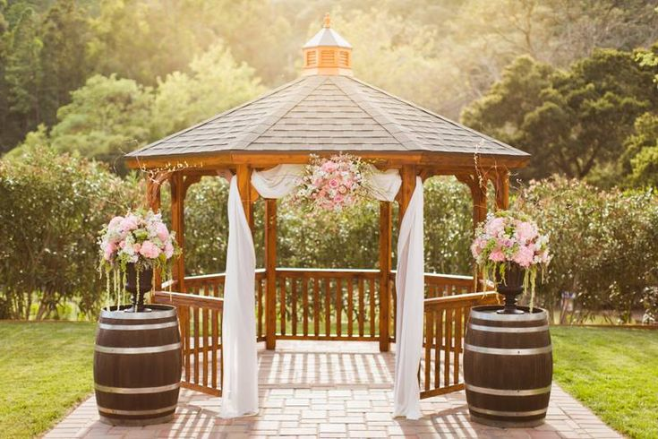 Loving this gorgeous gazebo decor! | Elliston Vineyards, Sunol CA | Blue Lace Photography | Delford West Flowers