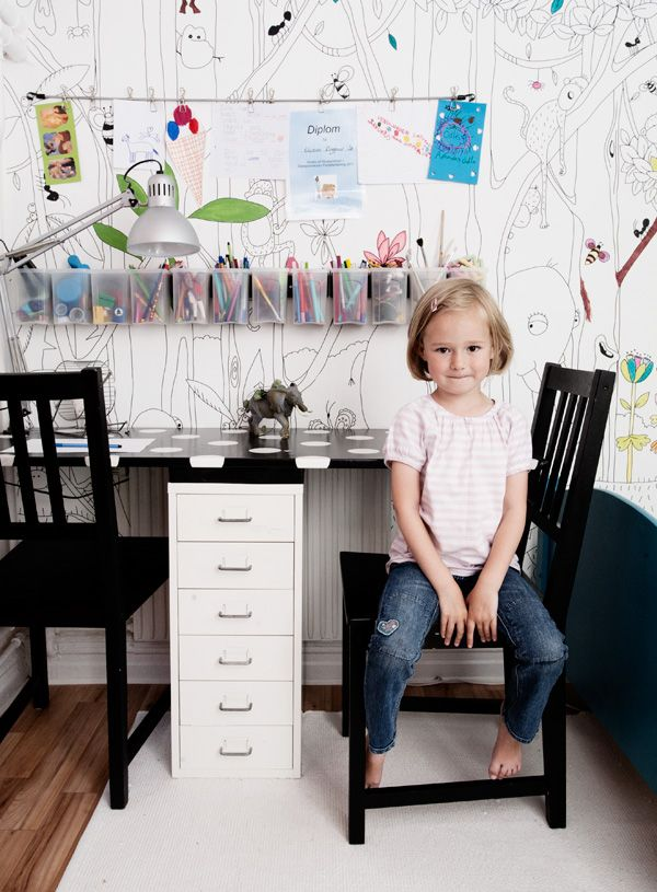 Color-on wallpaper for this sweet kids' desk space | Dos Family