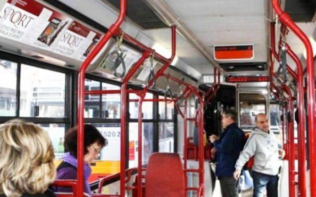 Roma, sale ubriaco sul bus, si spoglia tutto e dà calci ai poliziotti