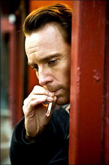 タバコを吸う姿がダンディー。俳優マイケル・ファスベンダー
