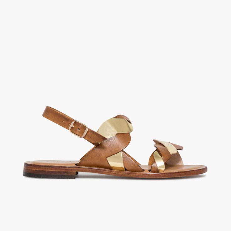 Sandale plate en cuir cognac et or Cette sandale plate est très féminine  avec son jeu