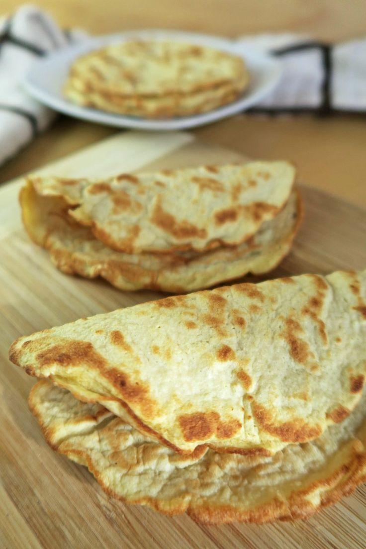 Esta receita fácil, paleo, baixa de tortilhas de carboidratos requer apenas três ingredientes simples.  Feito com farinha de coco, estes envoltórios sem glúten também são saudáveis, keto, vegetarianos e ricos em fibras.