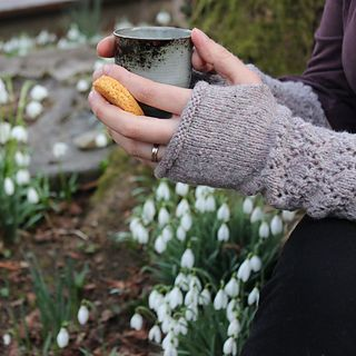Narsissi. Beautiful and feminine fingerless mittens, perfect for misty mornings collecting daffodils or for wrapping themselves around a soothing cup of chamomile tea