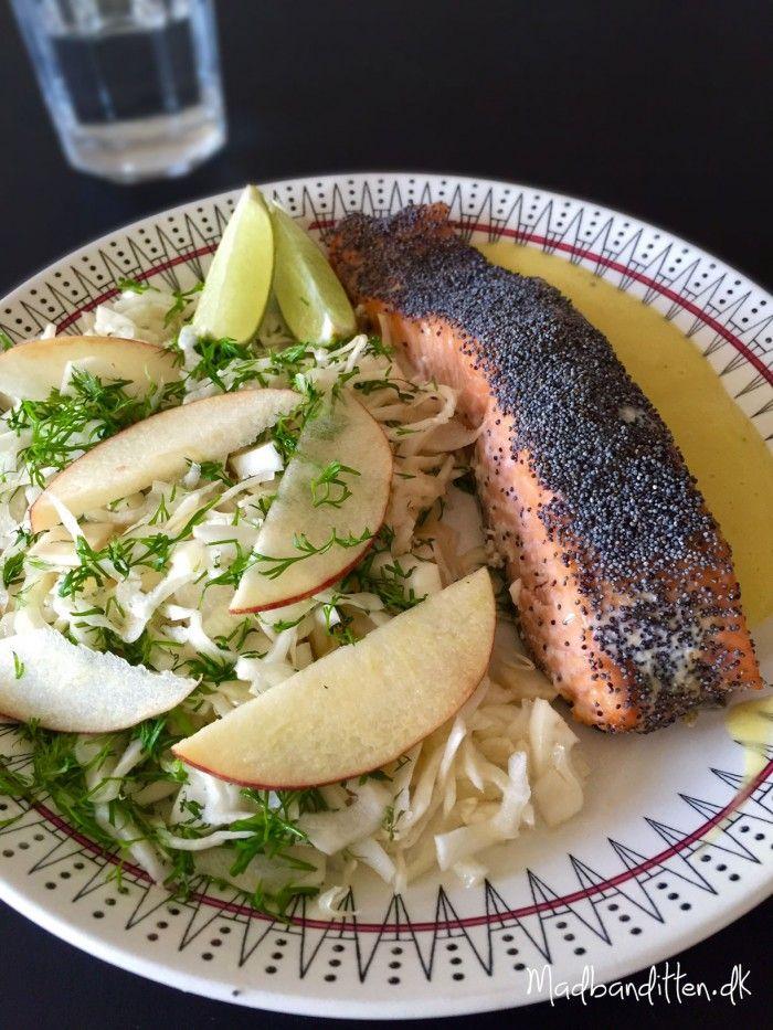 Ovnbagt laks med birkes og hvidkål-fennikel-salat med æbler og dild --> Madbanditten.dk