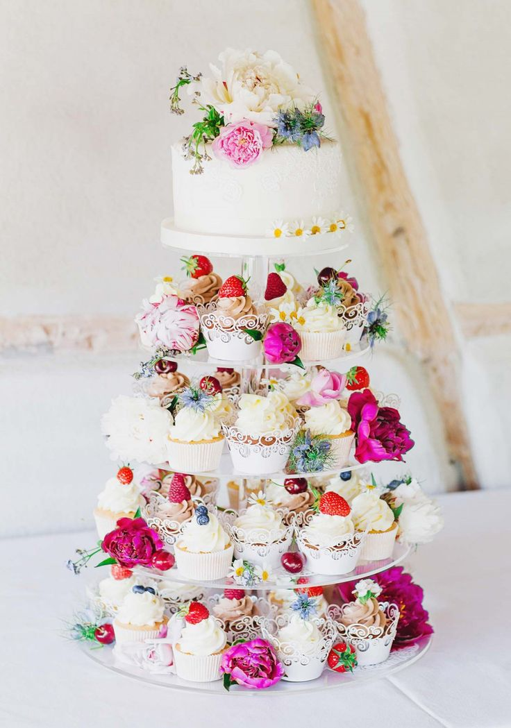 Fall in love with this colorful wedding cake with cupcakes at the first sight, brings strong Spring, youthful, romantic feels