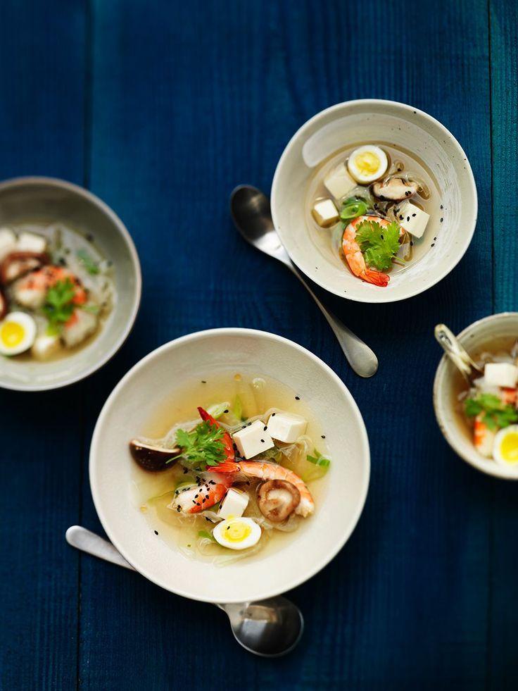 dashi bouillon met koolrabi, garnaal en shiitake Lekker Aziatisch lente soepje.