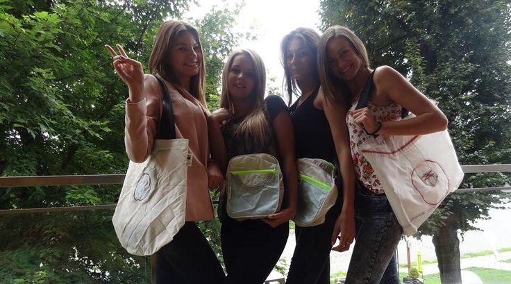 Dziewczyny otrzymały prezenty od Hotelu Piwniczna - torby z hotelowego butiku.