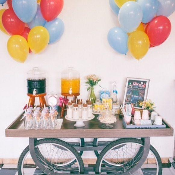 Mesa de sucos❤️ #craftroombyfe #alicenopaisdasmaravilhas  Fotografia: @rebeccaomenafotografia  Mesa e peças: @cenariofesta  Descartáveis: @tomesophie