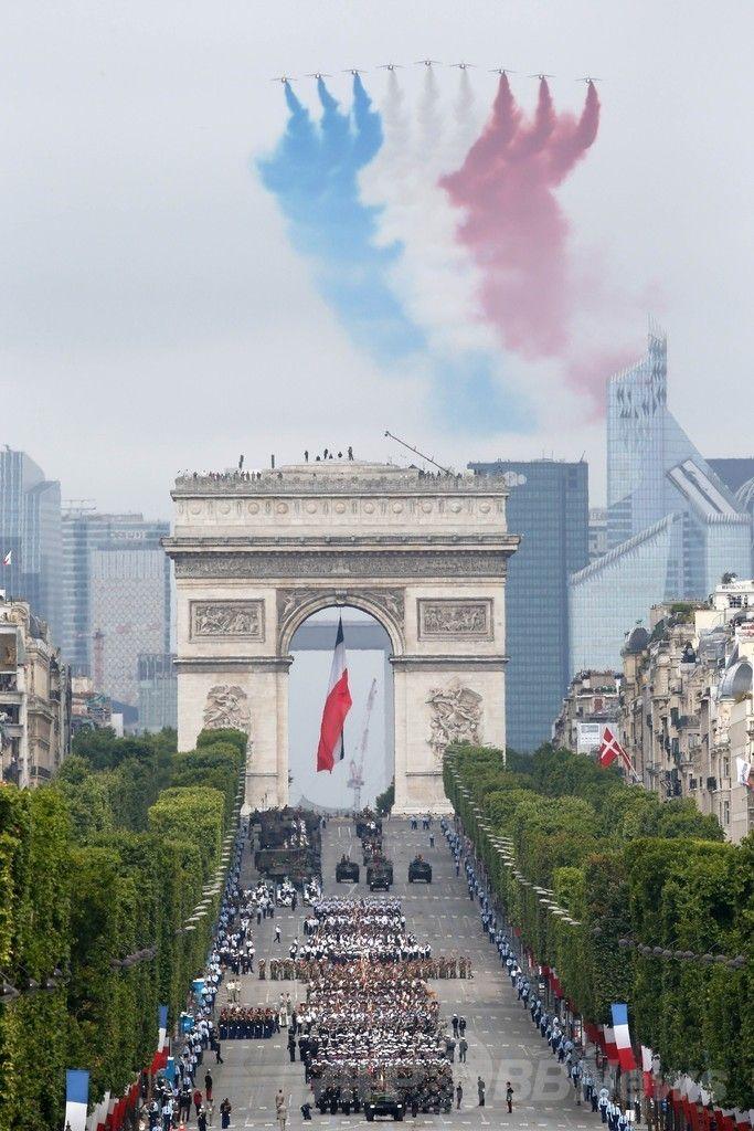 仏パリ(Paris)で、フランス革命記念日(Bastille Day)の軍事パレードで行われる中、シャンゼリゼ(Champs-Elysees)通り上空を、仏国旗を表す3色の煙を噴射しながら飛行する仏空軍のアクロバット飛行チーム「パトルイユ・ド・フランス(Patrouille de France、2014年7月14日撮影)。(c)AFP/THOMAS SAMSON ▼14Jul2014AFP 仏革命記念日で軍事パレード、自衛隊員も行進 http://www.afpbb.com/articles/-/3020522 #Bastille_Day #Patrouille_de_France