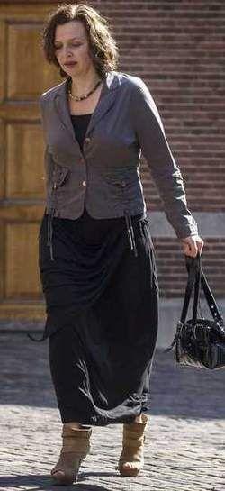 Edith Schippers: aardige rok voor minder formele bijeenkomsten, maar niet met deze laarsjes! Beter platte schoentjes.
