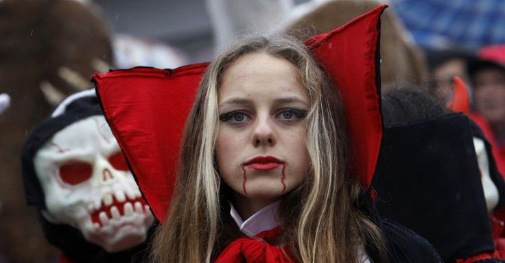 20160113 - Uma jovem fantasiada participa de uma procissão de Carnaval no vilarejo de Vevcani, na Macedônia. Festival ocorre há 14 séculos e marca o começo do novo ano pelo calendário juliano. Os participantes inspiram suas fantasias em eventos políticos atuais e realizam vários rituais pagãos. PICTURE: Boris Grdanoski/AP