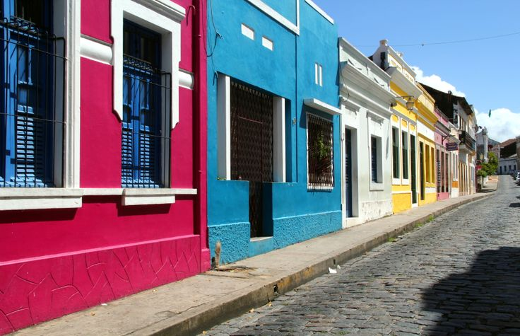 Ruas de Olinda, fachadas cheias de cores.