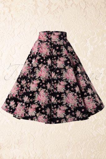 Schoolkleding voor de meiden zal minder uitbundig en 'bloot' zijn dan de CC jurken. Denk aan pasteltinten, vestjes, wel nog steeds met die klokkende rokken waar je een petticoat onder moet dragen. Een iets slankere a-lijn wordt ook langzaam mode.