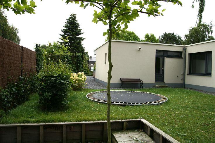 Heerlijk springen op deze ingegraven trampoline.