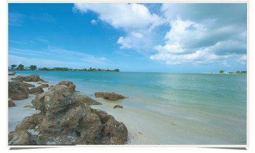 The Sandy White Beaches of Fort Myers and Sanibel | Les plages de sable blanc de Fort Myers et Sanibel https://destinations.jaunt.ca/the-beaches-of-fort-myers-and-sanibel