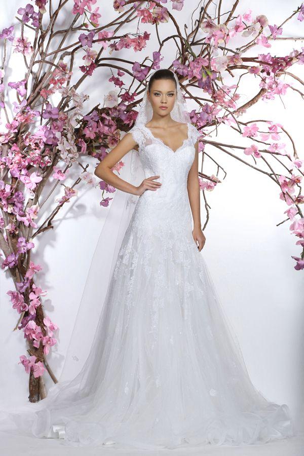 Un matrimonio da favola? Georges Hobeika Bridal Couture si racconta con romanticismo e abiti da sposa dal mood parigino.http://www.sfilate.it/236939/georges-hobeika-bridal-couture-magia-dei-fiori-per-designer-parigino