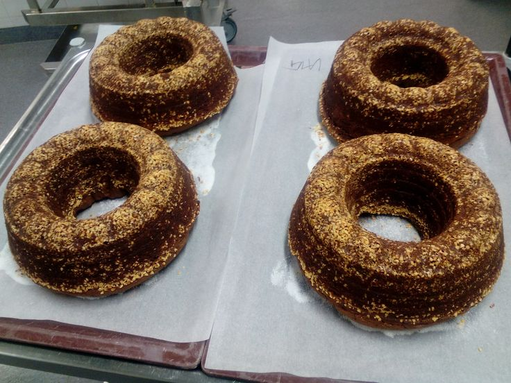 Tanja valmisti komiat ja maukkaat sydänsurujen kakut! Huomenna tarjotaan kahviossa sitä ja kahvileipänä on myös sitä! Kahviosta voi ostaa mukaan myös kakkuja!