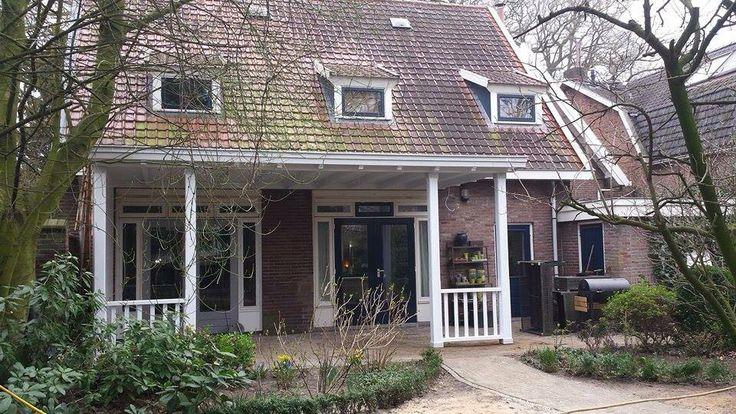 Sfeervolle knusse leefruimte buiten aan de woning. Veranda met balustrade. Door de echte vakman! Www.verandaservice.nl