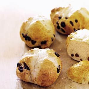 Recept - Hot cross buns (Engelse krentenbroodjes) - Allerhande