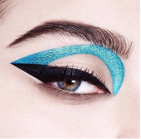 Trend Alarmı: Grafik eyeliner ve mavi göz makyajı  #HandeHaluk #ulus #zorlu #zorluavm #zorlucenter #makeup #makeuplook #makeuplover #trend #beauty #inspiration