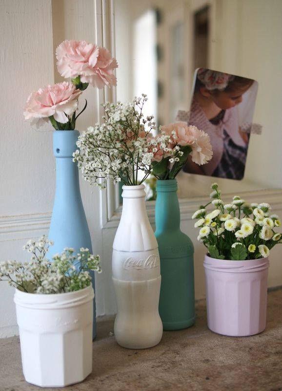 Recyclage de pots/bouteilles avec de la peinture acrylique.