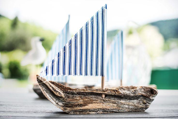 Einfache Anleitung für schöne Deko Holzschiffe mit Stoffsegeln aus Schwemm oder Naturholz. Sehen toll aus am Tisch, können auch schwimmen.