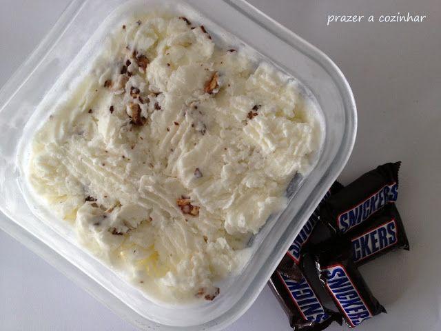 Prazer a cozinhar: Gelado de snickers com molho de caramelo
