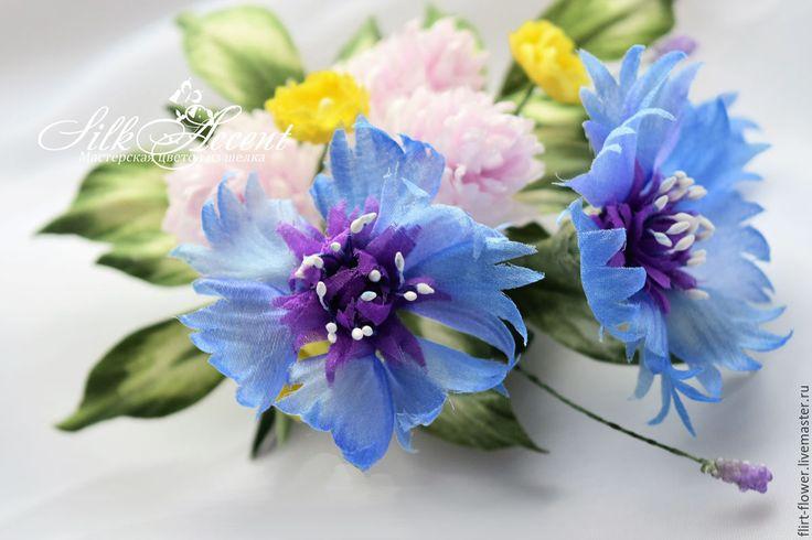 Купить Брошь букет полевых цветов из васильков и клевера.Цветы из шелка - васильковый, синий, голубой