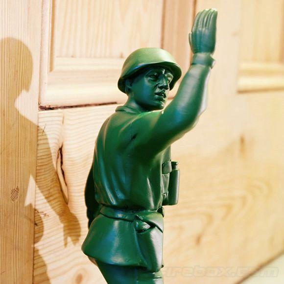Decoração criativa: Calço de portas inspirado nos soldadinhos de plástico verde