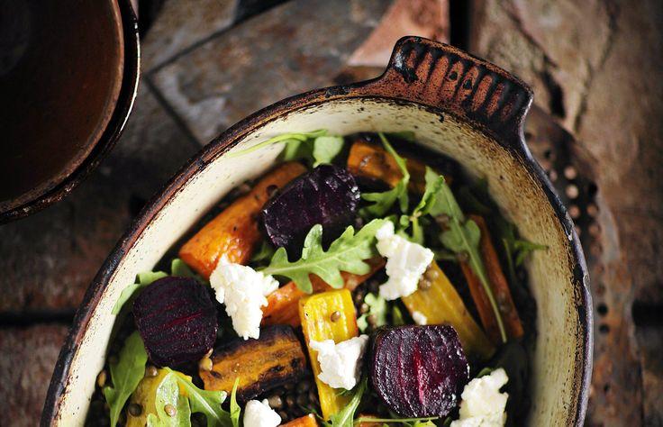 Salaatti kasviksista ja linsseistä