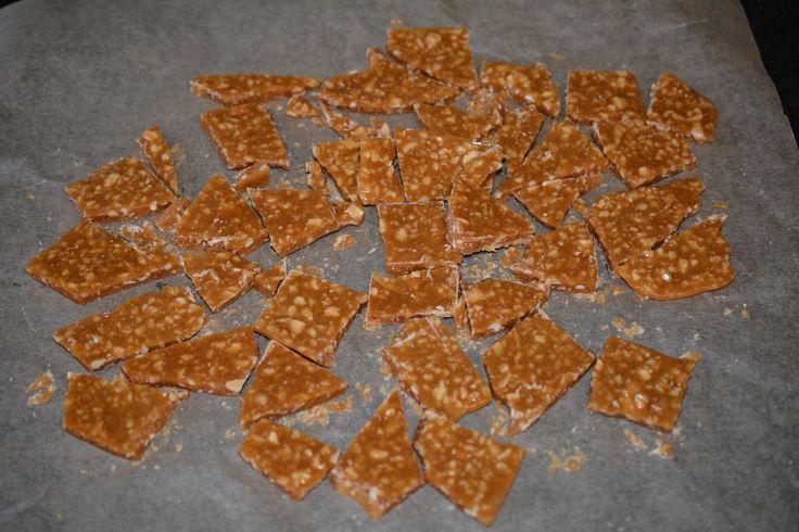 Så er der opskrift på hjemmelavet daim, og den smager fuldstændig som den fra butikken. Til en portion skal du bruge: 100 gr. smør 250 gram rørsukker 50 gr. lys sirup 1 tsk. salt 75 gr. mandler uden skind 200 gr. mørk chokolade (eller mælkechokolade  Kom smør, sukker, sirup og salt i en gryde. …
