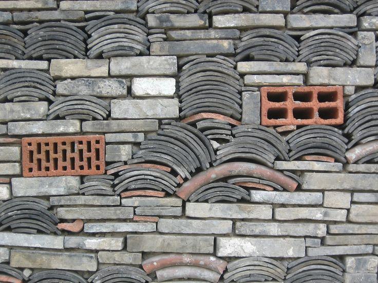 Gartenmauer aus Bauresten