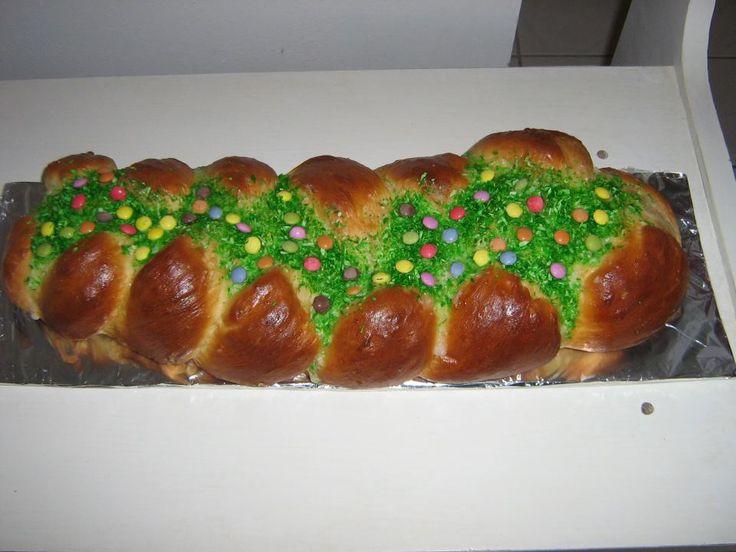 """Isteni finom gyömbéres húsvéti kalács, zöld """"fűvel"""" és színes """"tojásokkal""""."""