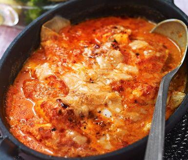 Ostgratinerad spätta med paprikasås är både nyttigt och enkelt att laga. Här får spättan sällskap i ugnen av ett krämigt täcke av grädde och ajvar relish där sedan ost toppar rätten innan den steks färdigt i ugnen. Servera denna måltid med nykokt broccoli och potatis.