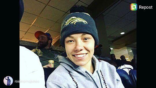 La guapa Rose Namajunas en su primer juego de NFL viendo al mejor equipo #Broncos