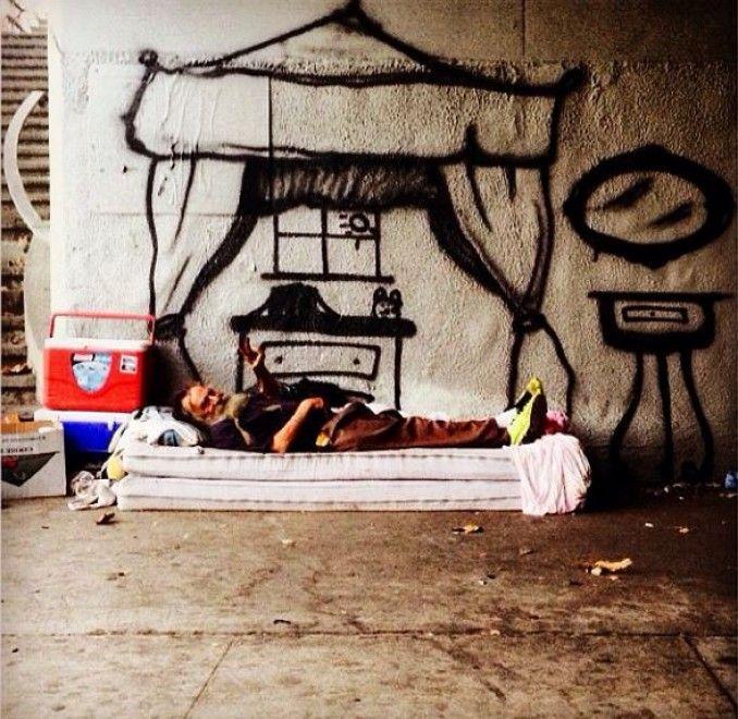 Un disegno per aiutare chi è senza casa. E' questa l'idea di  skidrobot , un artista californiano che sta facendo molto parlare di sé sul web, grazie alla sua street art dai risvolti sociali. Dai baldacchini disegnati per ingentilire un materasso, ad un'intera stanza racchiusa in
