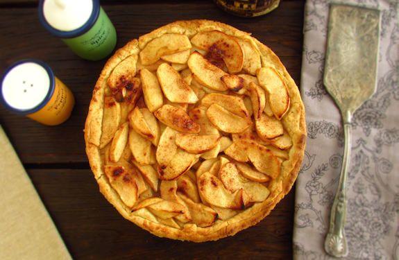 Uma tarte de deixar água na boca, com excelente decoração, maçã caramelizada em mel e aromatizada com canela.