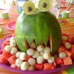 KLASSE - Watermeloen uitgesneden in de vorm van een monster - Fruitmonsters! - Vrees de fruitmonsters niet. Ze zijn overheerlijk en je kan er alle kanten mee uit.