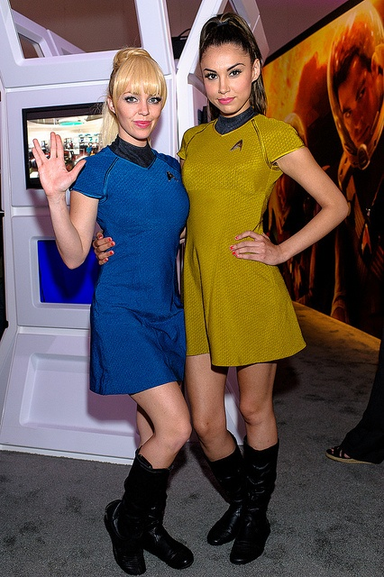 Star Trek Cosplay Girls - E3, 2012 (WHERE THE HELL DID SHE FIND A YELLOW DRESS)